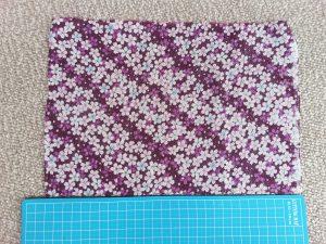 6f08a389d1a34 作りたいリボンの大きさに合わせて布のサイズを決めて頂いて構いませんが、今回のリボンでは横幅30センチを使いました。縦は作りたいサイズの倍の長さ(のりしろ約1㎝  ...