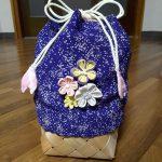 袴の巾着袋作り方!100均カゴで裏地アリかわいいつまみ細工飾り付き